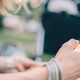 Mulher usando chatbot no smartphone