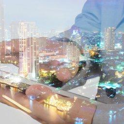 Dupla exposição de um homem usando um smartphone e uma cidade
